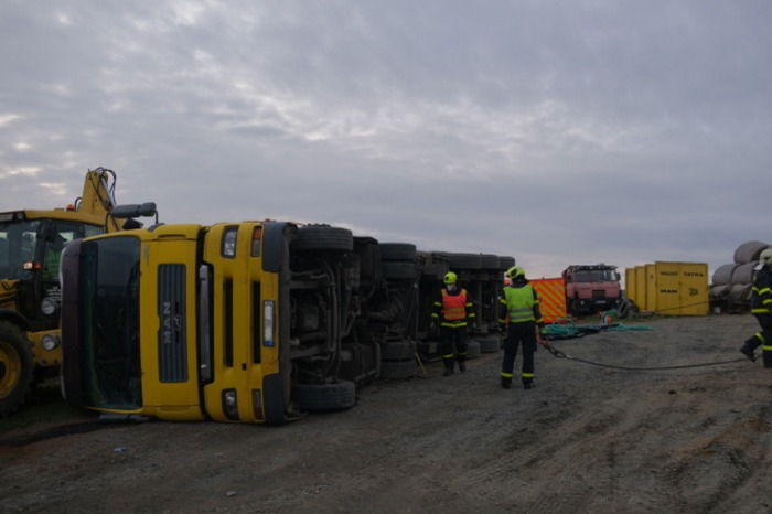 Na Opavsku vyprošťovali hasiči nákladní vozidlo s návěsem a kamenivem