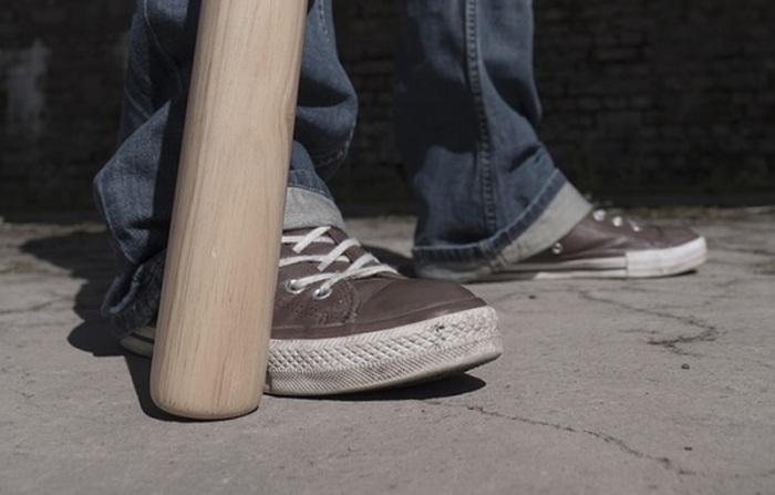 Hádka mezi mladíkama vyústila ve fyzické napadení baseballovou pálkou