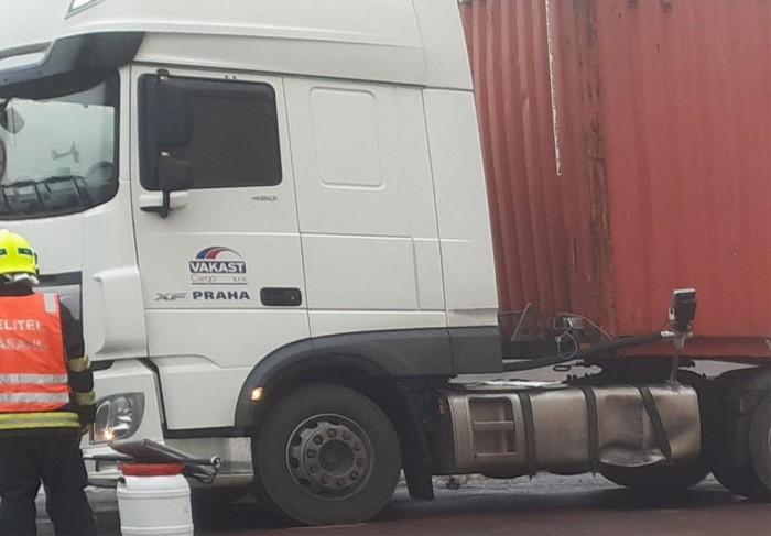 Z proražené nádrže kamionu, při srážce z dodávkou, vyteklo téměř 500 litrů paliva