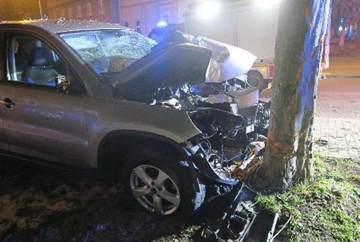 Řidič osobního vozu po nárazu do stromu na místě zemřel