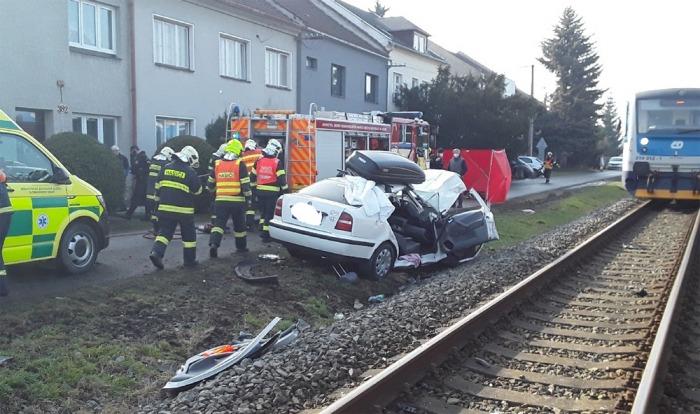 V Kostelci na Hané se na železničním přejezdu střetl vlak s osobním vozem