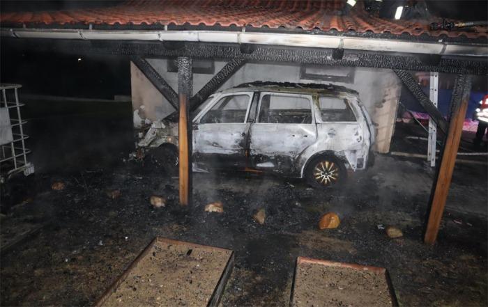 Požár v Oldřichově zničil auto, dřevěný přístřešek i garáž, škoda šplhá do statisíců korun