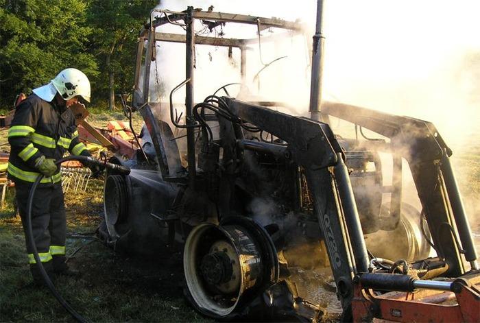 Po��r traktoru na louce u P�e��na