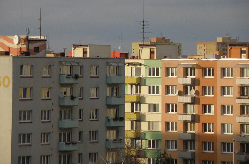 Bytová družstva o svůj nárok na převod obecních bytů z majetku samospráv nepřijdou, stát jim odpustí daň