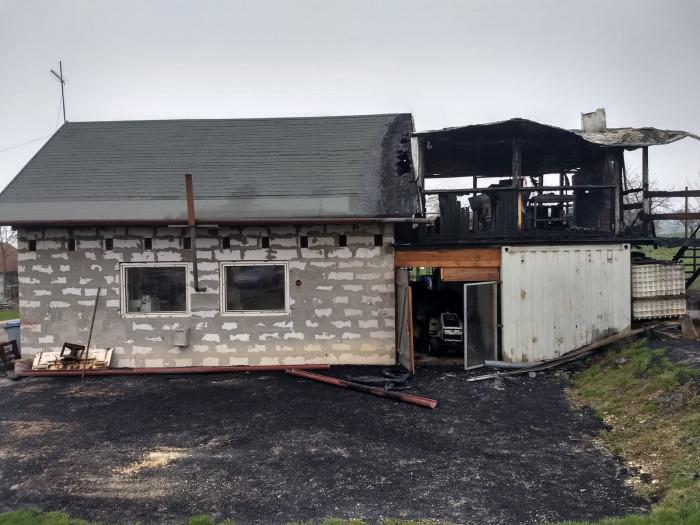 Při nočním požáru garáže byli zraněni tři lidé