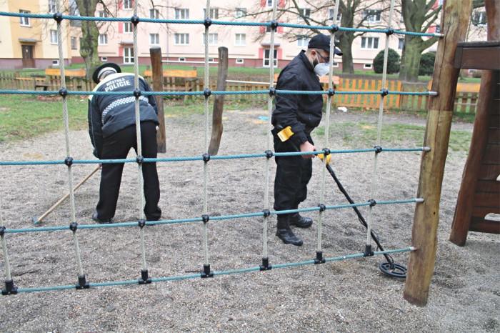 Sokolovští strážníci začali s jarním úklidem dětských hřišť