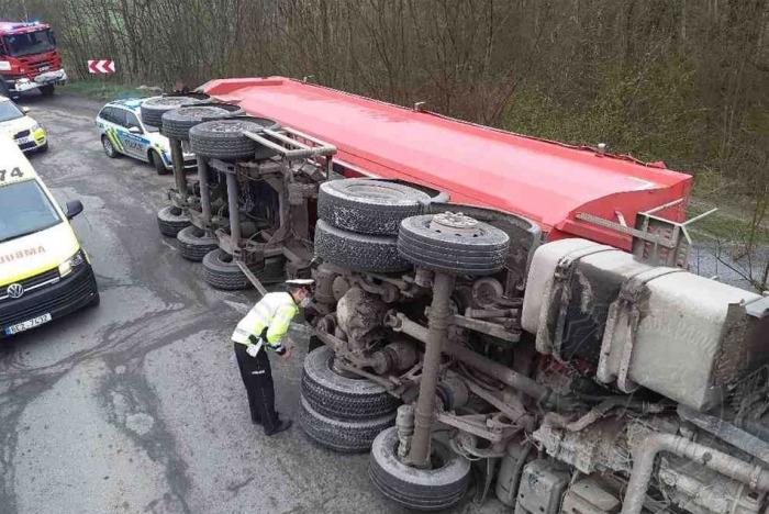 Při dopravní nehodě náklaďáku ve Štěpánově u Skutče museli hasiči vyprostit zaklíněného řidiče