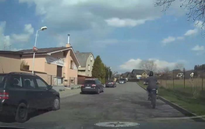 Mladík bez řidičáku a registrační známky se snažil na motocyklu ujet policistům. Posléze havaroval