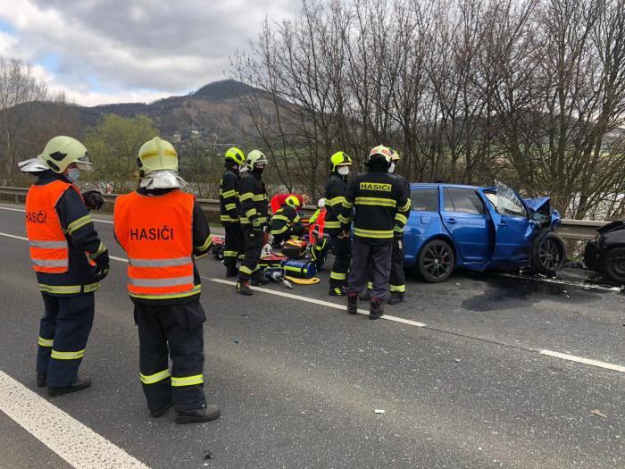 Při hromadné nehodě u Prackovic nad Labem jeden člověk zemřel, další tři jsou zranění
