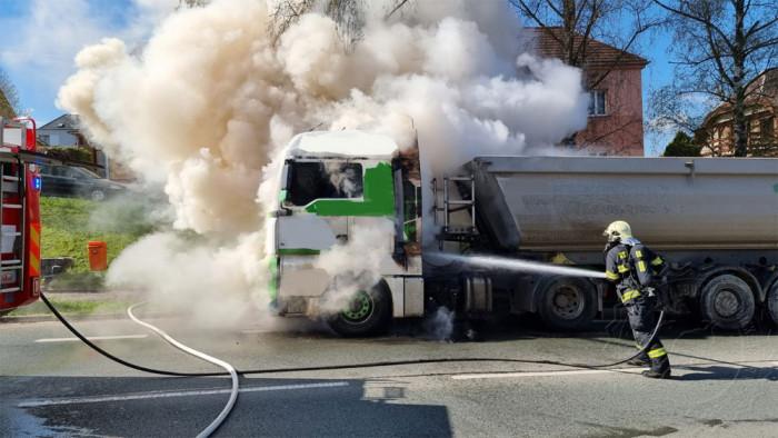 Požár v kabině nákladního automobilu likvidovali hasiči v Přelouči, řidič včas vyskočil