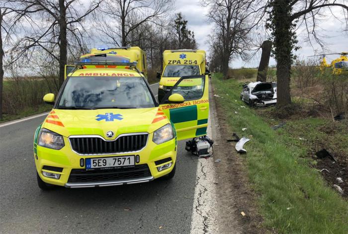 Dvacetiletý řidič prorazil zábradlí mostku a havaroval. Zraněni byli tři lidé