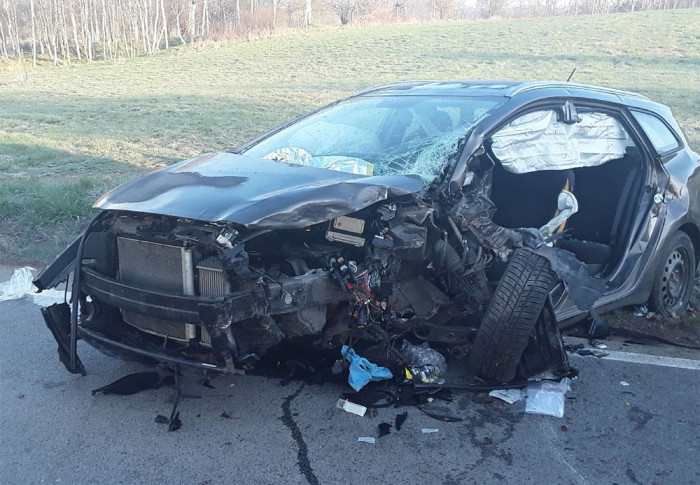 U Dolní Cerekve narazilo osobní auto do stromu, řidiče museli hasiči vystříhat