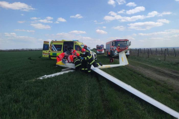 Na Znojemsku spadl sportovní kluzák, zraněného muže transportoval vrtulník do nemocnice