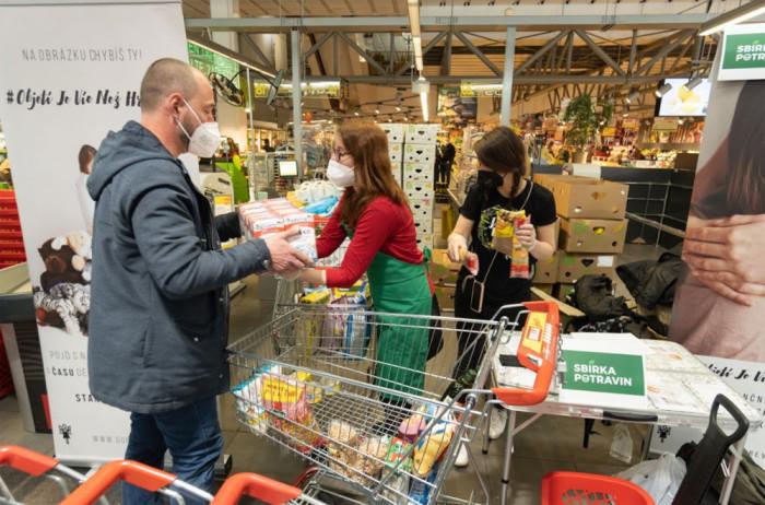 Češi prokázali solidaritu. Jarní Sbírka potravin vynesla 318 tun zboží pro potřebné
