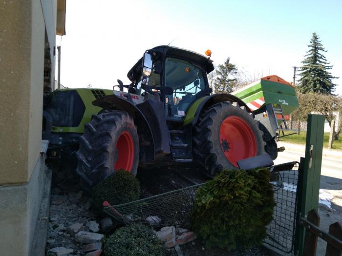 Na Pardubicku narazil traktor do domu, přitom smetl ženu na zahrádce