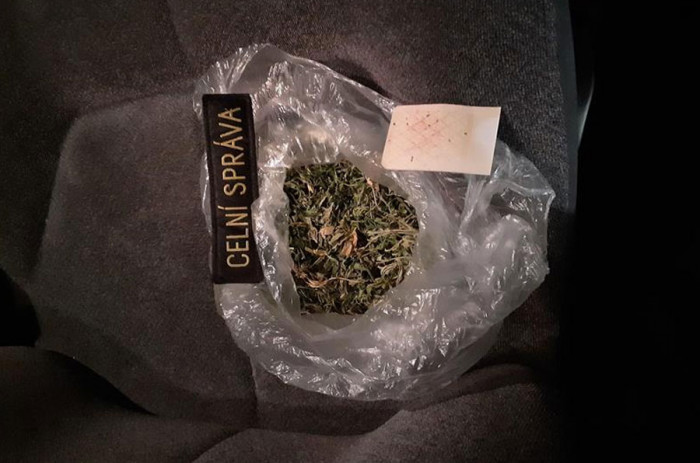 Hradečtí celníci našli při kontrole osobního auta marihuanu