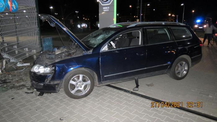 Řidič volkswagenu srazil v Mladé Boleslavi několik lidí a naboural do brány