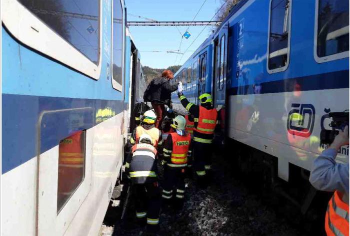 Při požáru lokomotivy na nádraží v Hoštejně bylo evakuováno 77 cestujících