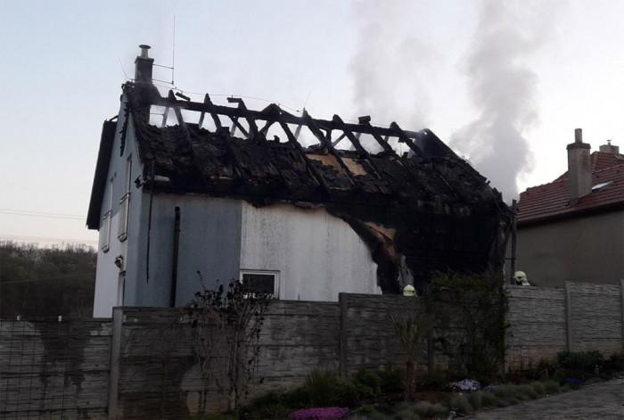 V Rovině na Berounsku hořela střecha rodinného domu, plameny napáchaly škody za jeden a půl milionu korun