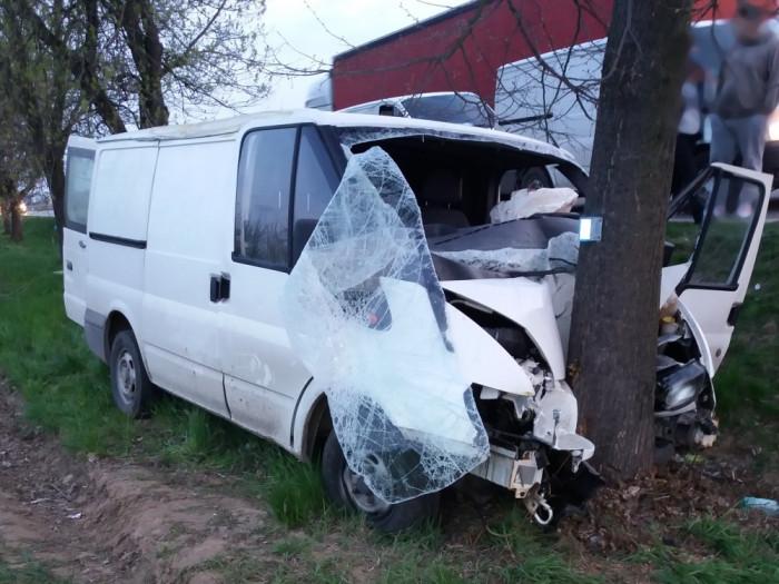 Na Rychnovsku sjela dodávka do příkopu a narazila do stromu.  Zraněný řidič byl transportován do nemocnice