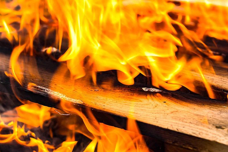 Na čarodějnice vyjížděli letos hasiči k 91 požárům, bylo jich o 20 více než před rokem