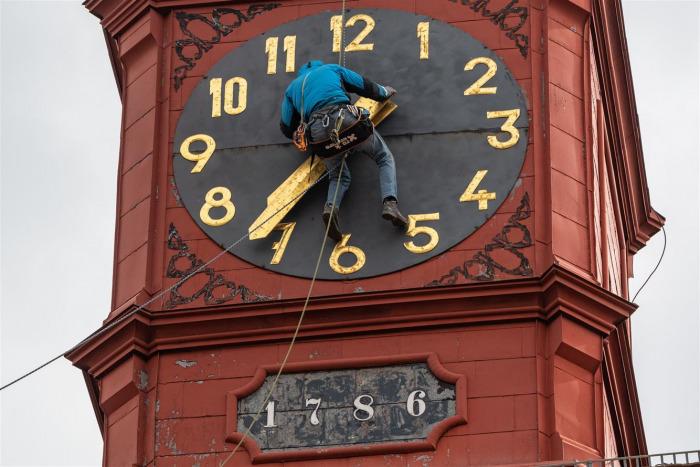 V Jihlavě začala rekonstrukce střechy radnice, na věži nebudou měsíc hodiny
