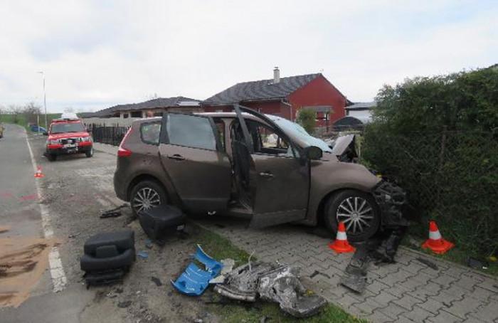 V obci Rohenice došlo ke střetu osobního a nákladního vozidla, oba řidiči utrpěli zranění