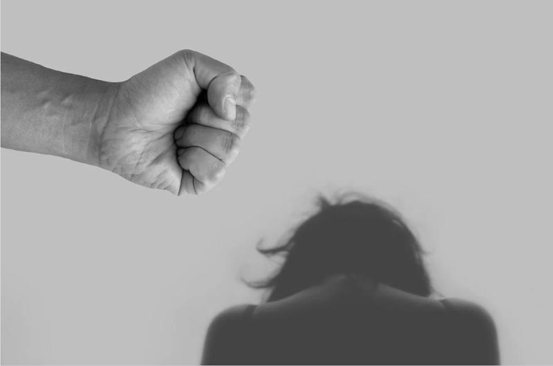 Muž v podnapilém stavu napadl svoji partnerku