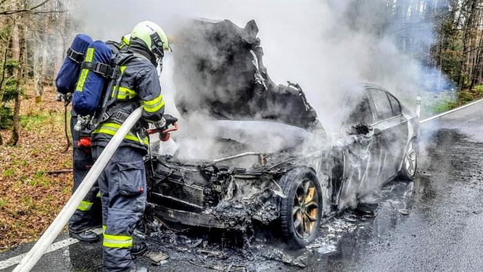Při požáru automobilu za Planou nad Lužnicí vznikly škody za více než milión korun