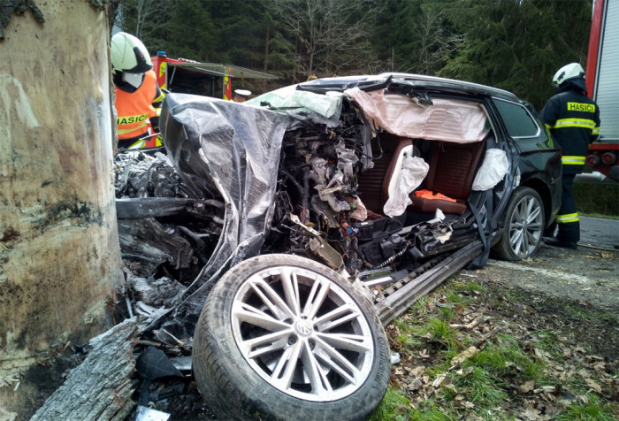 V Jeníně u Tří veverek se stala dopravní nehoda. Řidič auta nepřežil