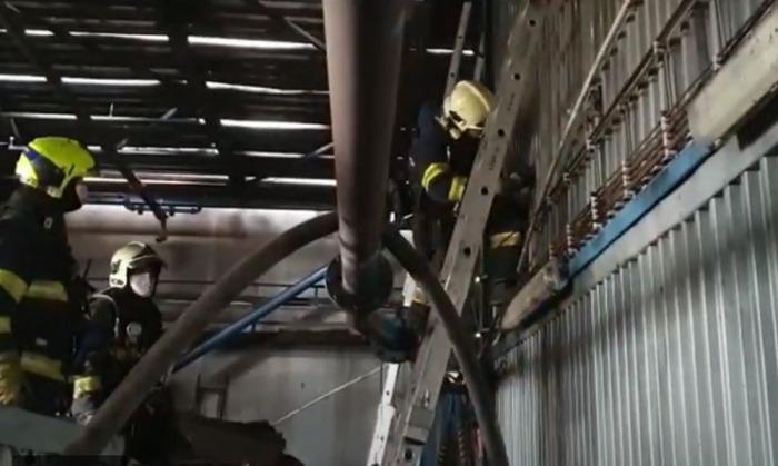 Tři hasičské jednotky vyjížděly k požáru v plzeňské teplárně