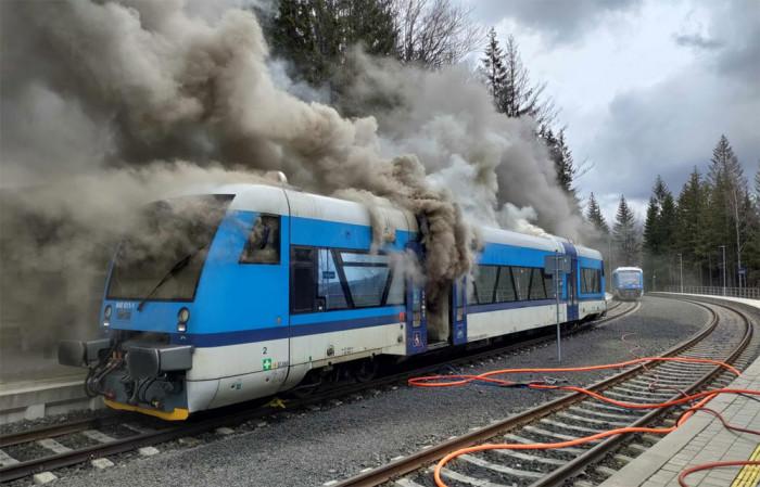 V Harrachově zachvátily plameny železniční motorový vůz řady 840