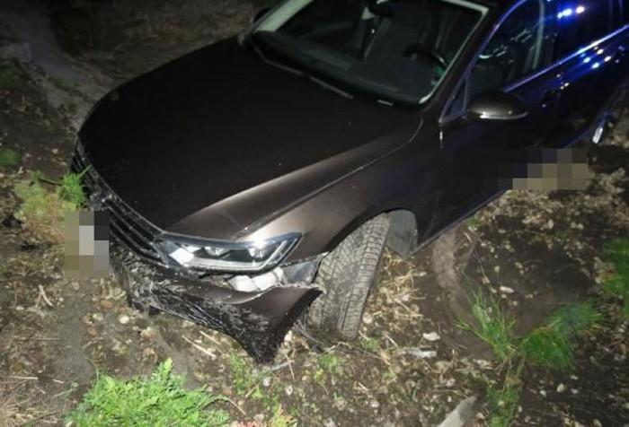 Řidič s osobním vozem skončil v korytě potoka