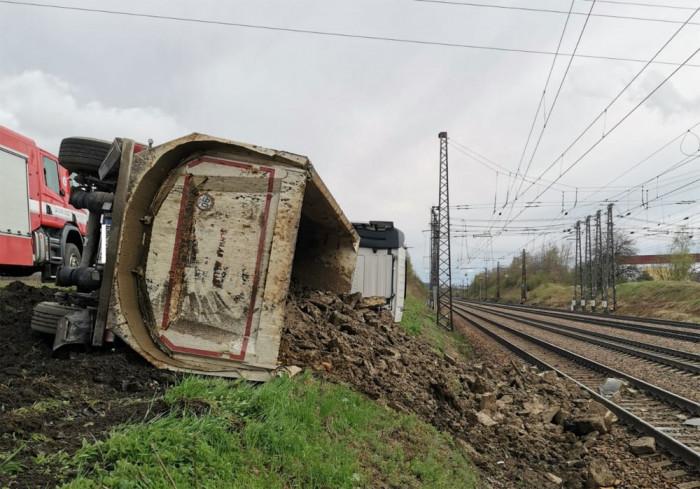 Na Orlickoústecku se převrátil kamion, vysypaný náklad poškodil projíždějící vlak