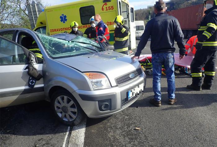 U obce Ústí na Vsetínsku došlo ke střetu dvou vozidel, tři osoby se zranily