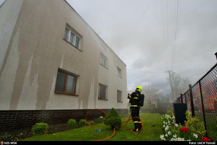 Při opravě střechy domku v Ostravě-Nové Bělé došlo k požáru