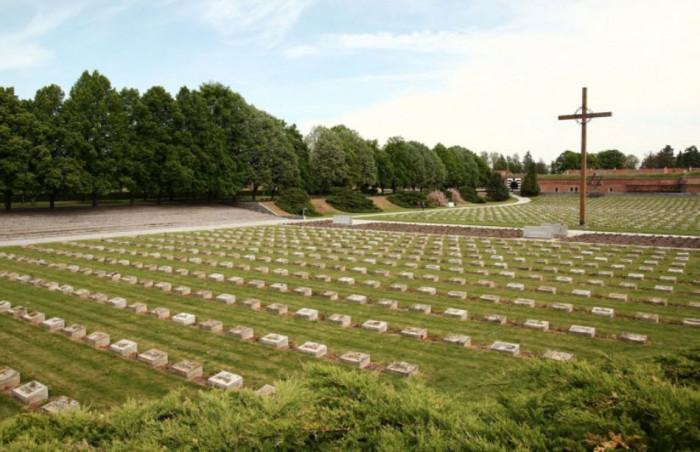 V Malé pevnosti Památníku Terezín probíhá výstava Pevnost 1980 Jiřího Sozanského