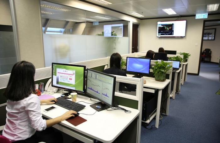 Češi chtějí být v kanceláři 3 až 4 dny v týdnu. Zpátky by je nalákalo ticho, jídlo zdarma i firemní posilovna