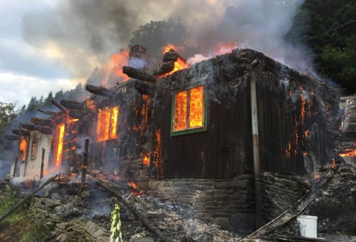 Požár beskydské roubenky likvidovalo šest jednotek hasičů, škody jdou do milionu korun