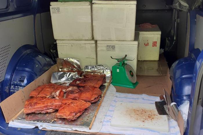 Dodávka převážející maso v nevyhovujících podmínkách díky plzeňským celníkům do cíle nedojela
