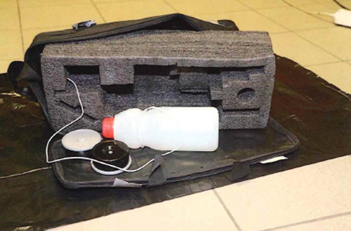 Mladíci sestrojili atrapu bomby a umístili ji pod lavici na Masarykově nádraží. Tajně sledovali reakci lidí