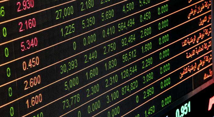Obchodování s akciemi je na vzestupu. Začít může téměř každý