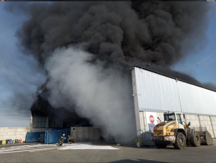 V Hradci Králové hořela hala s odpadem