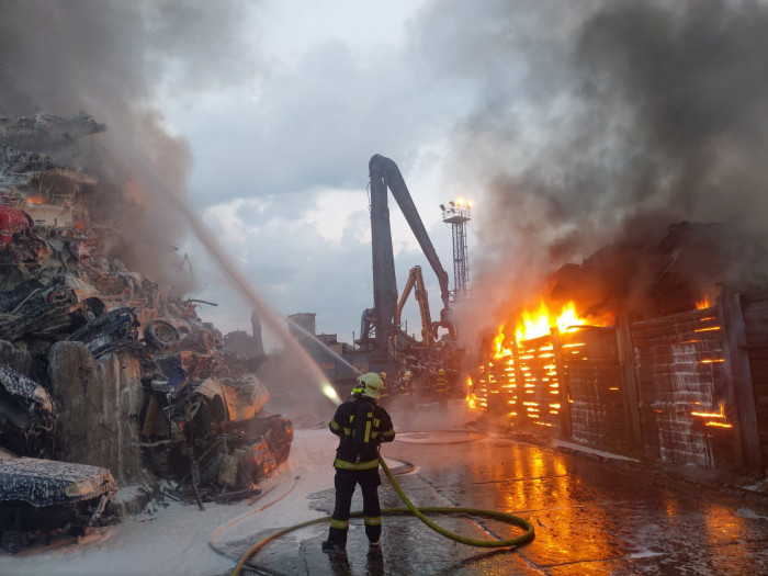 V Mariánských Horách v Ostravě hoří autovrakoviště, požár likviduje 21 jednotek