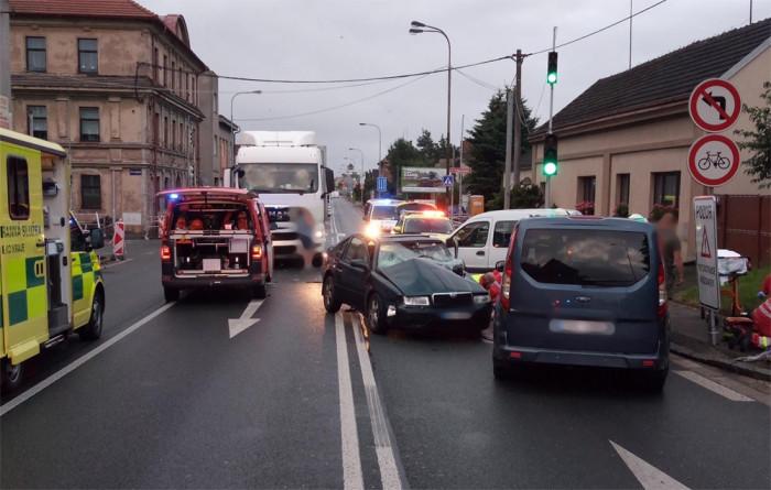 Při střetu kamionu se dvěma osobními vozidly zemřela jedna osoba