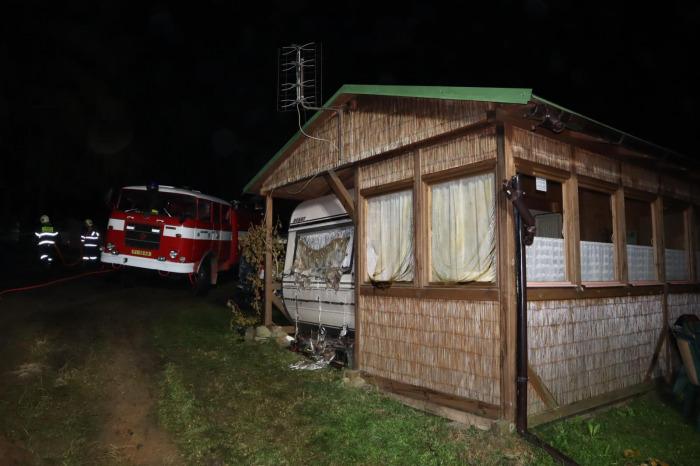 V kempu Radava u Orlické přehrady skončilo v plamenech jedenáct karavanů