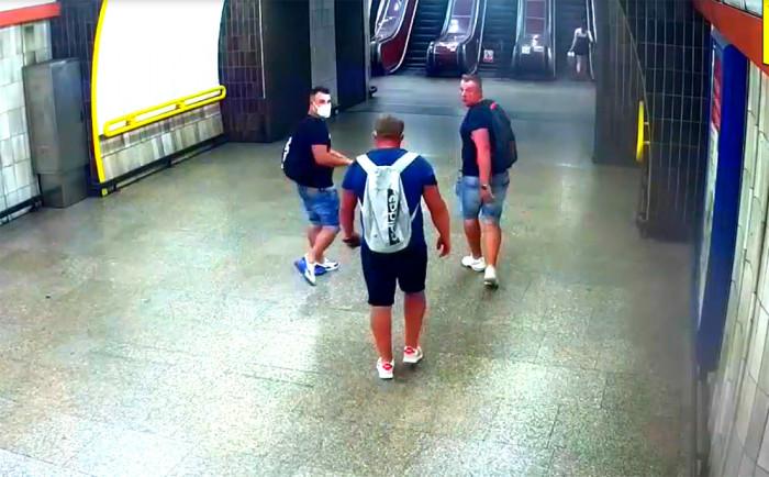 Tři rusky hovořící muži napadli v pražském metru dvaačtyřicetiletého cestujícího
