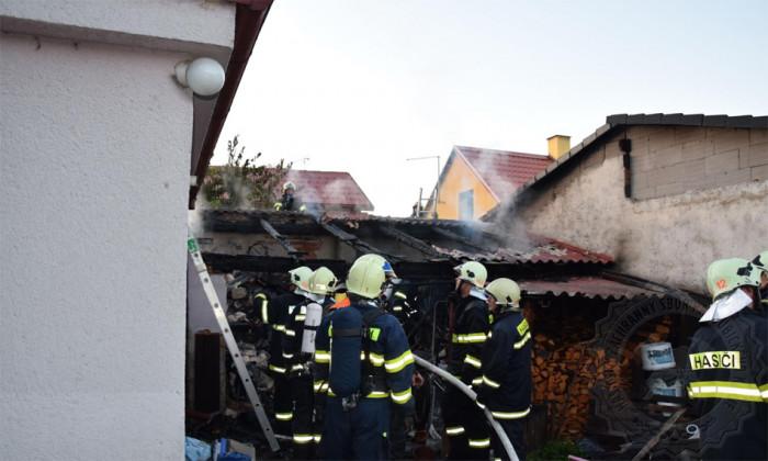 V Horním Jelení došlo k požáru přístřešku mezi dvěma rodinnými domy