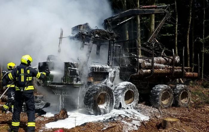 Hasiči zasahovali v Bojanově u požáru lesní vyvážečky