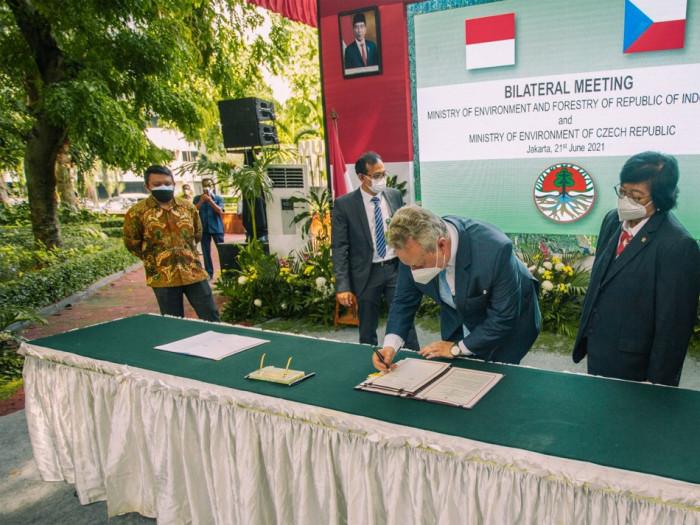 Ministr životního prostředí Brabec navštívil záchranné centrum Kukang na Sumatře a podpořil ochranu outloňů i luskounů